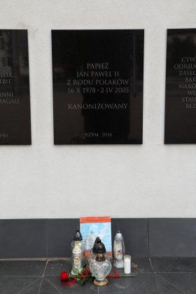 Tablice przy Krzyżu Papieskim w Piasecznie