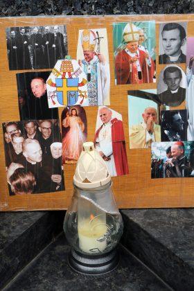 Znicze i wspomnienia Papieża Jana Pawła II w Piasecznie
