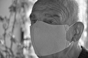 Senior w masce - foto: Pixabay.com