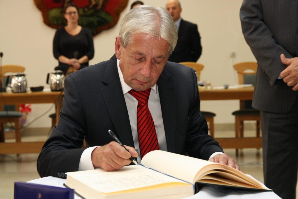Jerzy Łaczyński - fotografia archiwalna z uroczystości nadania tytułu Honorowego Obywatela gminy Piaseczno