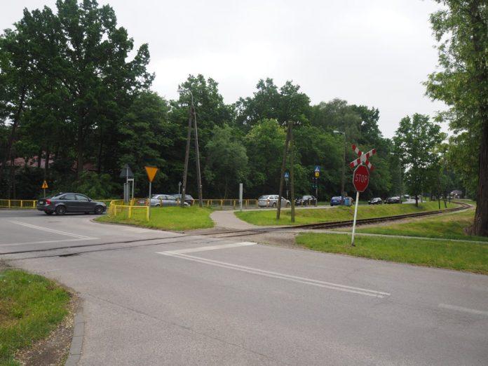 Skrzyżowanie drogi wojewódzkiej z Al. Kasztanów i Al. 3 Maja w Zalesiu Dolnym. Foto Anna Grzejszczyk