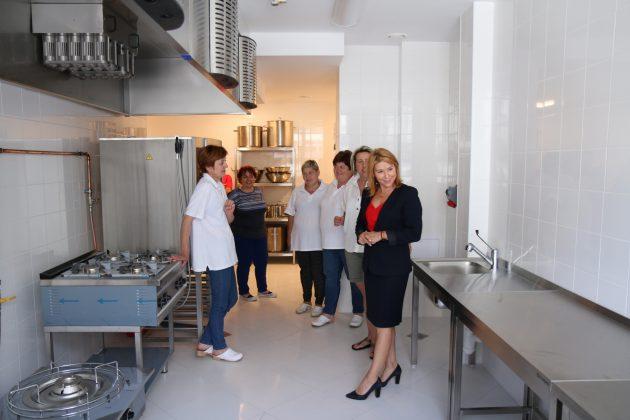 nowa kuchnia - wizyta Wiceburmistrz Hanny Kułakowskiej-Michalak w wyremontowanej placówce
