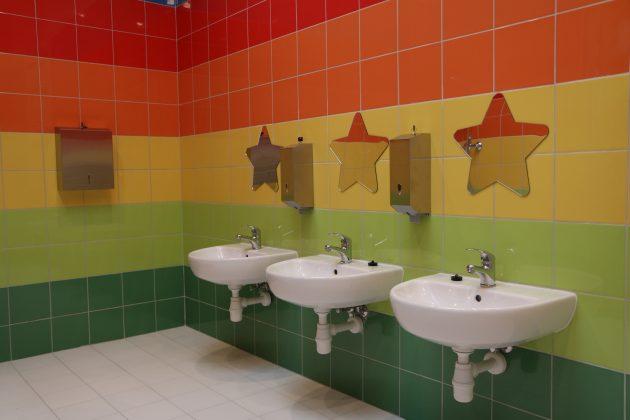 łazienka w wyremontowanej części szkoły