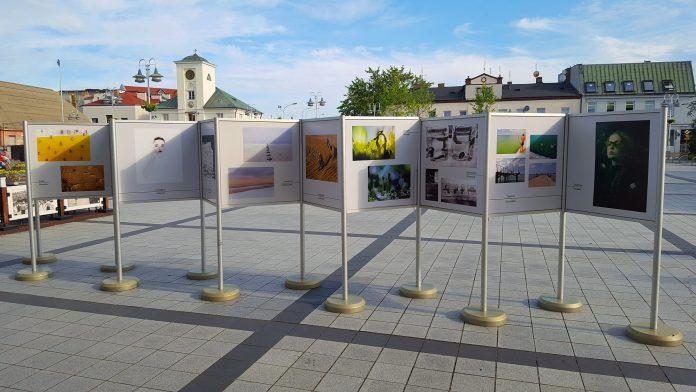 Siła inspiracji - wystawa fotografii na rynku miejskim w Piasecznie