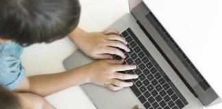 Uczeń przy laptopie, foto: pl.freepik.com
