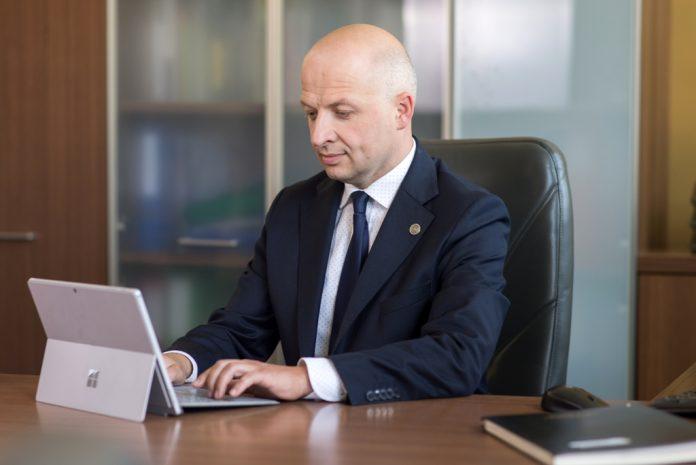 Daniel Putkiewicz Burmistrz Miasta i Gminy Piaseczno z laptopem w gabinecie UMiG Piaseczno