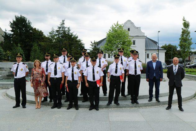 Dzień Straży Gminnej 2020 - zdjęcie grupowe na skwerze Kisiela
