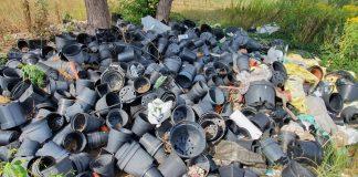 Nieporządek i śmieci na działce w Jesówce, foto Straż Miejska w Piasecznie