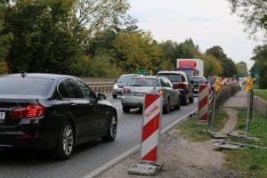 Na zdjęciu widać most na drodze krajowej nr 79 w okolicy Żabieńca. Duży ruch samochodów, korek na moście