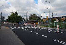 skrzyżowanie ulic Nadarzyńskiej i Dworcowej w Piasecznie, pachołki uniemożliwiają wjazd na część ulicy Dworcowej, gdzie nadal trwają prace. W oddali widać Centrum Multimedialno Edukacyjne.