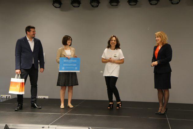 Na zdjęciu przedstawione są cztery osoby: przedstawiciel firmy Microsoft- mężczyzna i kobieta, dyrektorka Zes[połu Szkolno-Przedszkolnego w Piasecznie- Grochowicz oraz I zastępca burmistrza Hanna Kułakowska-Michalak