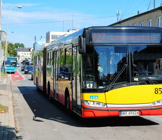 Autobus 727 przejeżdżający ulicą Kościuszki w Piasecznie