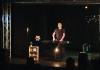 Czesław Śpiewa Solo Act / Muzyczny Stand Up. Na zdjęciu Czesław Mozil stoi na scenie i gra na syntezatorze.