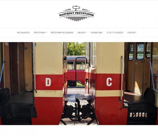 zdjęcie schodów do połączonych wagonów kolei wąskotorowej w Piasecznie. Wagony C i D w kolorze beżowo-czerwonym
