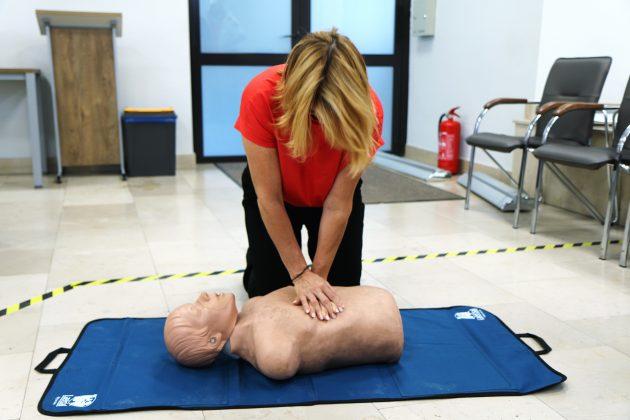 Szkolenia Strażników Miejskich. Na zdjęciu wiceburmistrz ćwiczy na fantomie medycznym resuscytację krążeniowo-oddechową.