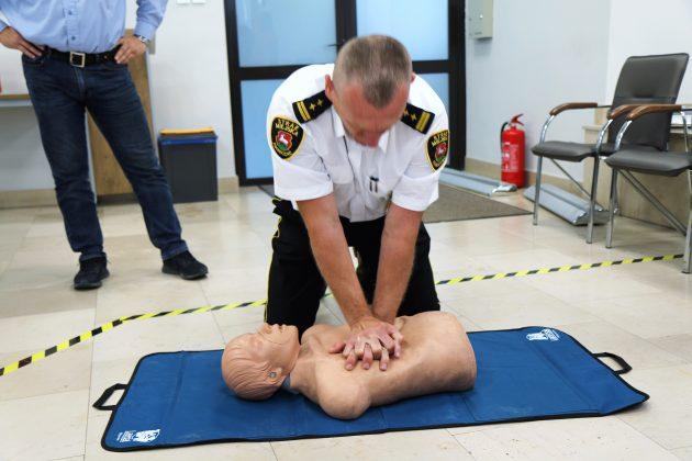 Szkolenia Strażników Miejskich. Na zdjęciu komendant Straży Miejskiej ćwiczy na fantomie medycznym resuscytację krążeniowo-oddechową.