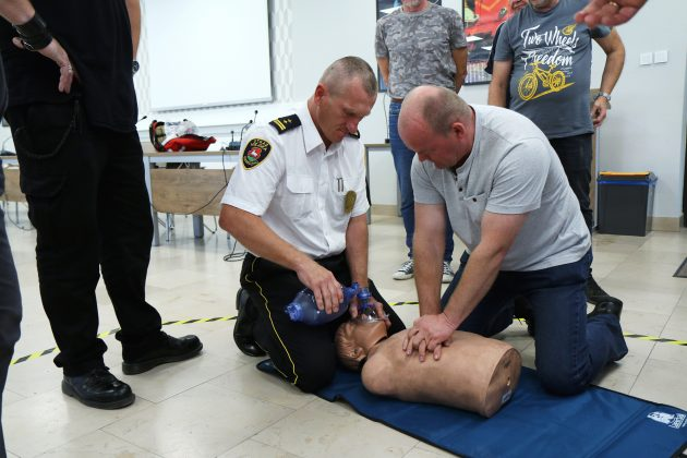 Szkolenia Strażników Miejskich. Na zdjęciu strażnicy ćwiczy na fantomie medycznym resuscytację krążeniowo-oddechową.