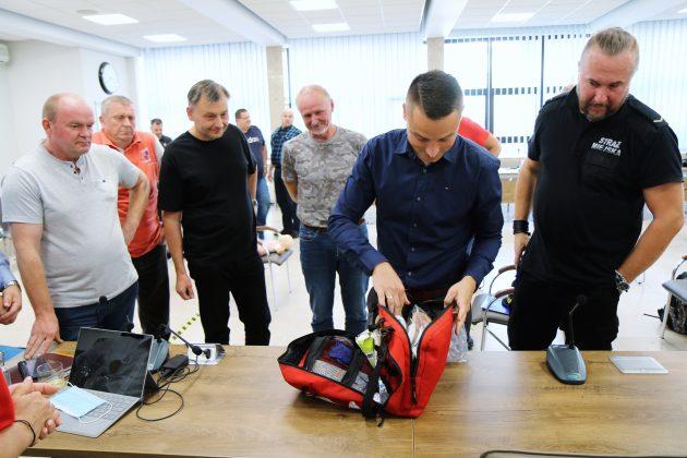 Szkolenia Strażników Miejskich. Na zdjęciu instruktor przegląda zawartość torby pierwszej pomocy, która jest na wyposażeniu Straży Miejskiej w Piasecznie.
