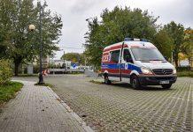 Ilustracja. Na zdjęciu znajduje się karetka pogotowia, w której znajduje się Mobilny Punkt Diagnostyczny przy Starostwie Powiatowym w Piasecznie.