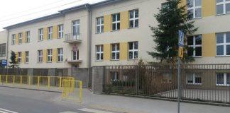 Na zdjęciu widać budynek Szkoły Podstawowej nr 1 w Piasecznie