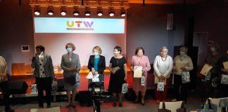 Inauguracja roku akademickiego UTW 2020/2021. Na zdjęciu słuchacze UTW z maseczkami na twarzy.