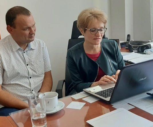 Na zdjęciu od lewej: wicedyrektor szkoły podstawowej nr 1 w Piasecznie Piotr Orepuk oraz dyrektor Krystyna Łęcka.