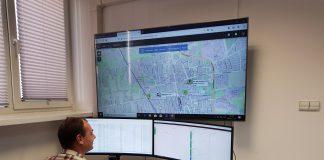 Gminne Centrum Dyspozytorskie w Piasecznie, na zdjęciu operator aplikacji, który siedzi przy monitorach wyświetlających zgłoszenia do rozdzielenia