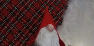 Zdjęcie jednej z ofert wirtualnego Kiermaszu Świątecznego, na zdjęciu maskotka w postaci Św. Mikołaja