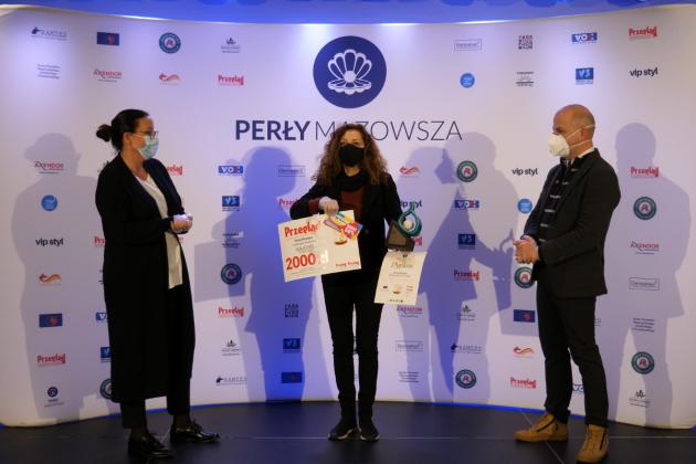 Perłą Mazowsza 2019 wyróżniono Festiwal im. Witolda Maliszewskiego, na zdjęciu widać po lewej przedstawiciela organizatora konkursu, po środku przedstawiciela organizatora festiwalu, a po prawej burmistrza Piaseczna.