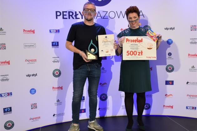 Perłą Mazowsza 2019 wyróżniono Parapetówkę u Bibliotekarzy, na zdjęciu dyrektor oraz wicedyrektor piaseczyńskiej biblioteki, z nagrodami.
