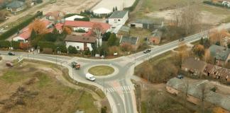 Ilustracja. Widok z drona na rondo w Bobrowcu, foto FlyMajk