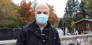 Na zdjęciu Daniel Putkiewicz - Burmistrz Miasta i Gminy Piaseczno, który stoi na tle cmentarza przy ul. Julianowskiej w Piasecznie