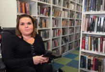 Ilustracja. Kadr z filmu BibliotekaDostępna Międzynarodowy Dzień Osób z Niepełnosprawnościami. Na zdjęciu Magdalena Kamińska - czytelniczka z filii Zalesie Górne.