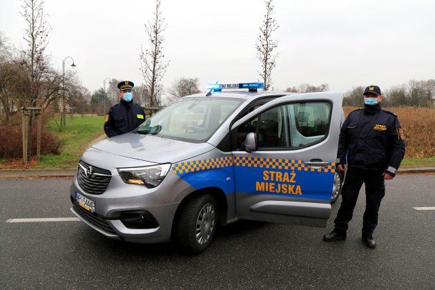 Opel Combo Life nowy samochód Straży Miejskiej. Na zdjęciu komendant Straży Miejskiej Mariusz Łodyga i Strażnik Miejski