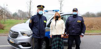 Opel Combo Life nowy samochód Straży Miejskiej. Na zdjęciu wiceburmistrz Hanna Kułakowska-Michalak z komendantem Straży Miejskiej Mariusz Łodyga i strażnikiem miejskim