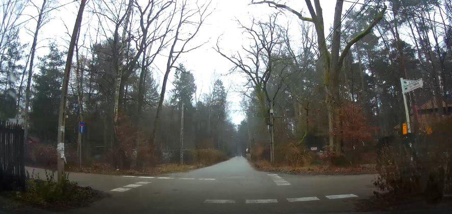 Równorzędne skrzyżowanie w Zalesiu Górnym ul. Piękna