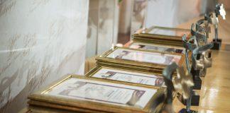 """Ilustracja. Wyróżnienie w konkursie """"Liderzy Medycyny"""" dla Szpitala św. Anny w Piasecznie. na zdjęciu widoczne statuetki oraz dyplomy."""
