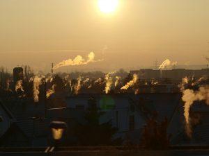 Smog powodują m.in. uchodzące z kominów dymy ze spalania paliw stałych jak węgiel, drewno, foto: David Karich z Pixabay