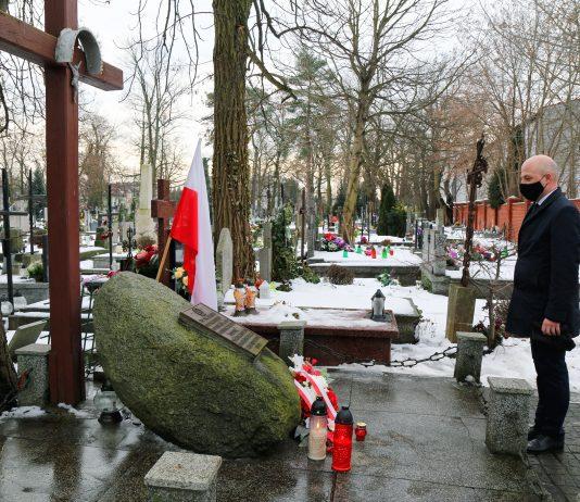 Burmistrz Piaseczna Daniel Putkiewicz złożył kwiaty pod pomnikiem Powstańców 1863 r.