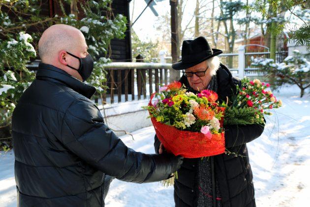 91. urodziny Józefa Wilkonia. Na zdjęciu Burmistrz Piaseczna Daniel Putkiewicz składa życzenia i przekazuje kwiaty Józefowi Wilkoniowi.