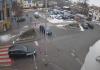 Ilustracja. Zdjęcie przedstawia widok na skrzyżowanie ulic Kościuszki i Nadarzyńskiej. Zdjęcie wykonane z monitoringu miejskiego. na zdjęciu widoczne dwa przejeżdżające samochody zbliżające się do skrzyżowania.