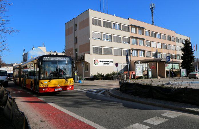 Autobus 727 na ul. Kościuszki w Piasecznie, obok główny budynek Urzędu Miasta i Gminy Piaseczno