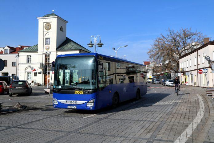 Autobus linii L przejeżdżający obok Ratusza w Piasecznie