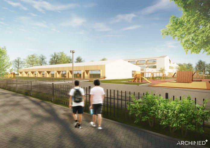 Ilustracja. Nowa szkoła i biblioteka w Julianowie - szkic. na zdjęciu widać dwie osoby idące przy szkole. W oddali widać budynek szkoły oraz plac zabaw.