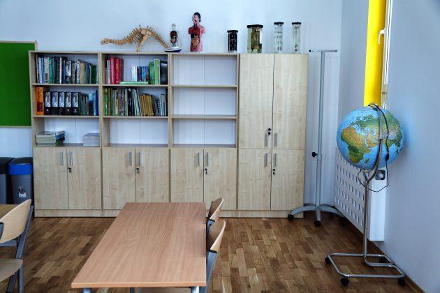 Rozbudowana Szkoła Podstawowa w Głoskowie - sala lekcyjna do geografii, biologii