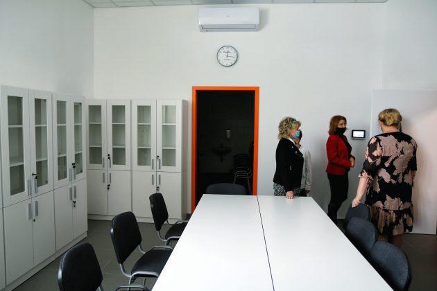 Rozbudowana Szkoła Podstawowa w Głoskowie - pokój nauczycielski