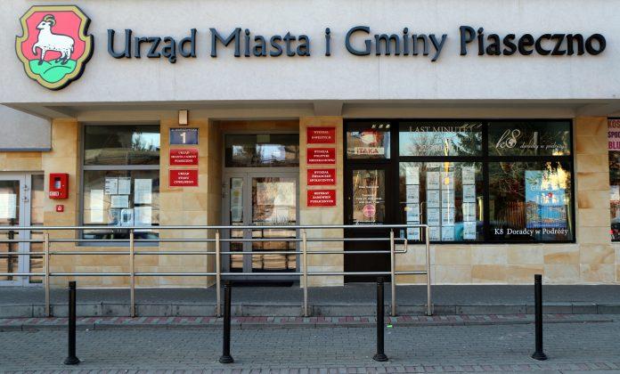 Budynek Urzędu Miasta i Gminy Piaseczno przy ul. Warszawskiej 1 w Piasecznie.