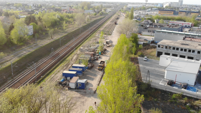 Ulica Towarowa z lotu ptaka, po lewej stronie tory kolejowe, po prawej drzewa i zabudowania