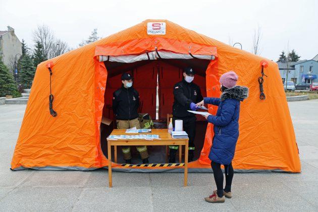 Ilustracja. Rozdawanie darmowych maseczek dla mieszkańców na skwerze Kisiela w Piasecznie