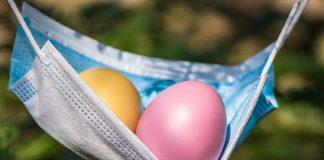 Ilustracja. Pisanki w masce ochronnej - dwa kolorowe jajka w masce